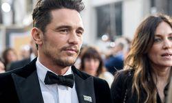 """James Franco trug am Sonntagabend bei den Golden Globes einen """"Time's Up""""-Anstecker, um Solidarität mit Opfern sexueller Gewalt zu zeigen und sexuelle Übergriffe anzuprangern. / Bild: (c) imago/Picturelux (HFPA Photographer)"""