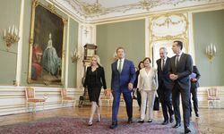 Aufmarsch in der Hofburg:  Arnold Schwarzenegger mit seiner Freundin Heather Milligan (l.), Doris Schmidauer, Bundespräsident Alexander Van der Bellen und Bundeskanzler Christian Kern (v. l.). / Bild: (c) APA/BKA/ANDY WENZEL