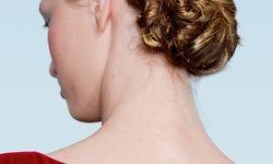 Nackenfrei. Ein schlanker Hals samt Krönchen von Elsa Schiaparelli Haute Couture. / Bild: (c) Beigestellt