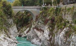 In einzigartiger Farbe fräst sich die Soča durch die Alpen bis in die Ebene. / Bild: Boris Pretnar