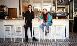 Steff (l.) und Harpa Hilty Henrysdóttir in ihrem isländischen Home Café. Der gezeichnete Vogel im Hintergrund zeigt ihr Logo, die Küstenseeschwalbe, den am weitesten fliegenden Zugvogel der Welt. / Bild: (c) Die Presse (Clemens Fabry)