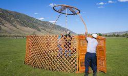 Der Tündük ist ein wichtiger Bauteil einer Jurte, der Holzring trägt das Dach, die Wand bildet ein Scherengitter. In Kirgisistan sind Jurten bildbestimmend. / Bild: (c) imago/imagebroker