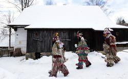 Beim Masopust in ostböhmischen Dörfern hat alles lange Tradition, und doch bleiben beim Verkleiden kleine kreative Freiheiten. Diese Art des Faschings ist mittlerweile immaterielles Unesco-Weltkulturerbe.  / Bild: Reuters (David W Cerny)