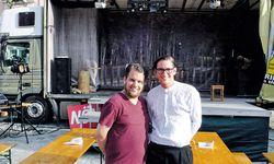 Czifer (l.) und Max Mayerhofer lassen neuerdings auch in Wien die Plane ihres Lkw aufgehen.   / Bild: (c) Lastkrafttheater
