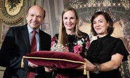 Staatsoperndirektor Dominique Meyer, Opernball-Chefin Maria Großbauer und Birgit Berthold-Kremser von Swarovski (v. l.) mit der Tiara für 2018. / Bild: (c) APA/GEORG HOCHMUTH