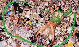 Statement. Stella McCartney ließ ihre Mode auf einer Müllhalde fotografieren.  / Bild: (c) Beigestellt