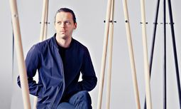 "In der Garderobe. Daniel Rybakken sitzt inmitten seiner ""Kiila""-Kollektion.  / Bild: (c) Kalle Sanner and Daniel Rybakken"
