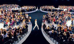 Christian Dior. Raf Simons Spring/Summer-Modenschau 2015 im Pariser Louvre. / Bild: (c) Daniel Beres