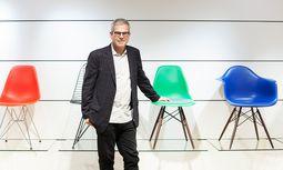 Eames Demetrios bei Vitra in Wien mit den Plastic Chairs, die seinen Großeltern ab 1950 den ersten großen Erfolg verschafften. / Bild: (c) Katharina Fröschl-Roßboth