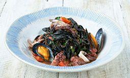 Schwarze Spaghetti mit Tintenfisch und Muscheln / Bild:  Jamie's Italian