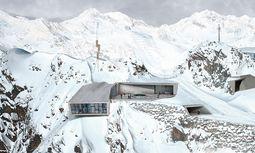 """Tief. Bespielte unterirdische Räume, auskragende Teile auf 3050 m: """"007 Elements"""". / Bild: (c) Elements Solden Plaza Render - Featuring James Bond's Family Crest"""