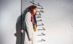 """Nachdenklich. """"Das Universum ist wahrscheinlich ein Multiversum"""", sagt die Sängerin Tori Amos. / Bild: (c) Beigestellt"""