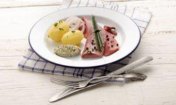 Einfach gut: Matjes mit Salzkartoffeln. / Bild: Imago