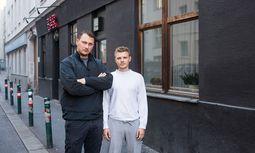 Sänger Fabian Woschnagg und Schlagzeuger Nino Ebner (v.l.) bleiben dem Englischen treu.  / Bild: (c) Akos Burg