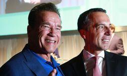 on links: Arnold Schwarzenegger mit österreichischem Bundeskanzler Mag. Christian Kern und Vizebundeskanzler Univ.-Prof. Dr. Wolfgang Brandstetter  / Bild: APA (Kreisel Electric)