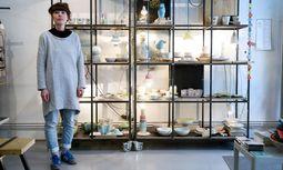 """Bei der """"Keramik und Porzellan"""" im Augarten stellen 43 Künstler aus, darunter auch Anna Holly, im Bild in ihrem Verkaufsraum im Achten. / Bild: (c) Clemens Fabry"""