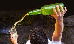In Asturien herrscht eine eigenwillige Einschenkmethode. / Bild: JUANJO ARROJO