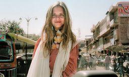 Gutes tun. Jeanne de Kroon lässt Kleider mit alten Ikat-Stoffen von einer indischen NGO fertigen. Zu ihren Kunden gehören auch Promis wie Heike Makatsch.  / Bild: (c) Stefan Dotter