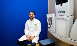 Ali Saalabian an seinem Arbeitsplatz, dem Kuzbari-Zentrum für ästhetische Medizin in Wien. / Bild: (c) Voithofer Valerie