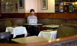 Michael Buchinger in einem seiner Stammcafés in Wien, dem Bräunerhof. Der gebürtige Burgenländer lebt seit 2011 in Wien. / Bild: (c) Die Presse (Clemens Fabry)