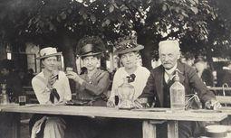 Das Döbling der Städter: drei Damen und ein Herr beim Heurigen, um 1910. / Bild: (c) Imago/Brandstätter Verlag