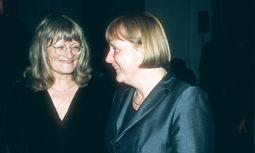 Alice Swcharzer mit Angela Merkel, 2001 / Bild: Imago
