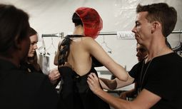 A model is assisted by dressers as she changes into her next outfit backstage during the Vivienne Tam Spring/Summer 2013 collection show at New York Fashion Week / Bild: (c) REUTERS (Carlo Allegri)