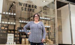 Sonja Baldauf vor ihrem neuen Geschäft in der Wiener Herrengasse.  / Bild: (c) Florens Kosicek