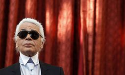 German fashion designer Lagerfeld attends a ceremony where he received the Commander´s Cross of the Legion of Honour (Croix de Commander de la Legion d´Honneur) from France´s President Nicolas Sarkozy at the Elysee Palace in Paris / Bild: (c) REUTERS (JACKY NAEGELEN)