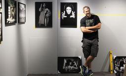 Manfred Baumann beim Aufbau seiner Ausstellung in der Leica-Galerie in Wien. / Bild: (c) Katharina Fröschl-Roßboth