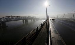 Heutzutage verkehren nur noch Ausflugszüge auf der eingleisigen Baikalbahn entlang des Baikalsees (links im Bild).  / Bild: Reuters