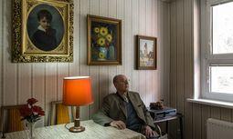 Pepi Birnbaum im Wohnzimmer seiner Wohnung in Rodaun. Die Stillleben sind teilweise selbst gemalt. / Bild: (C) Klaus Pichler
