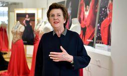 """Festspielpräsidentin Helga Rabl-Stadler beim Besuch im """"Kristall-Atelier"""".  / Bild: (c) APA/BARBARA GINDL"""