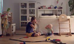 """Szene aus dem Film """"Seeing Voices"""": Barbara Hager liest mit ihrem Sohn Emil ein Kinderbuch. Beide sind gehörlos. / Bild: (c) Filmladen"""