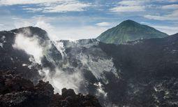 Das Innere von Papua-Neuguinea ist gebirgig und von dichtem tropischen Grün überzogen: Die Menschen schaffen es dadurch, Rituale zu bewahren. / Bild: Imago