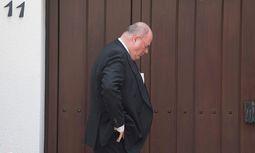 Walter Kohl wartet eine halbe Stunde vor verschlossener Tür. /