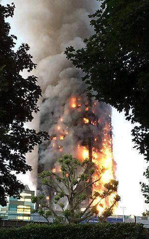 Der frenfeld Tower stand fast zur Gänge in Flammen und Rauch.