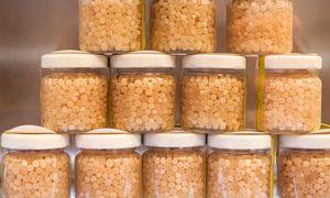 Sortiment. Der rare Schneckenkaviar kostet 39 Euro pro Glas.