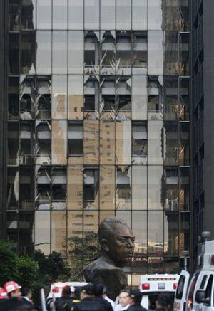 Zerstörte Fenster und Fassadenteile am Pemex-Hauptquartier.