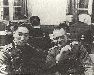 Chiang Wei-kuo (li.) in Gebirgsjägeruniform und mit Schützenschnur (für besonders gute Schießleistungen) mit einem unbekannten deutschen Offizier, etwa 1938