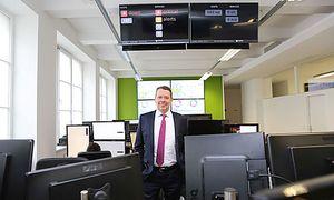 Thomas Hoffmann im Hochsicherheitstrakt des Unternehmens, dem SOC (Security Operation Center).