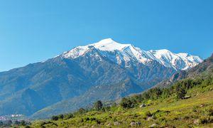 Schneebedeckt. Korsika kann mit Hoch-gebirge bis zu 2706 Meter Höhe aufwarten.