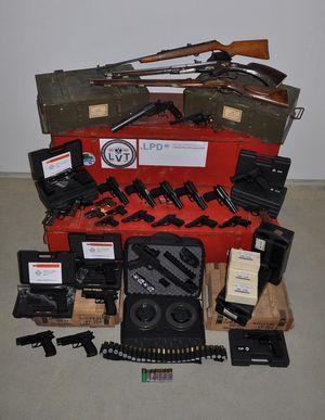 Sichergestellte Waffen auf einem Polizeibild