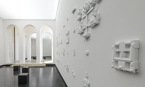 Vollversammlung. Fast 200 Parlamente haften an der Wand. Im  österreichischen Pavillon.