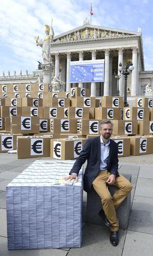 Schachtel-Berg vor Parlament mit Spitzenkandidat Ehrenhauser