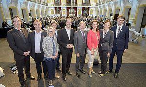30 Jahre Erfolgsgeschichte setzt sich fort: Sektionschef Elmar Pichl, Gerhard Moßhammer, Christina Engel-Unterberger (Interkulturelles Lernen), Samo Kobenter (BMLVS), Stefan Zotti (OeAD), Johannes Hahn (Europäische Kommission), Sophie Karmasin (BMFJ), Sonja Hammerschmid (BMB) und Ernst Gesselbauer.