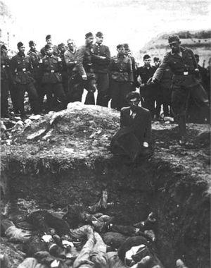 Einsatzgruppe im Einsatz, vermutlich bei Winniza (Südukraine); Wehrmachtssoldaten schauen zu