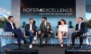 """Günther Helm (Hofer-Generaldirektor), Florian Gschwandtner (Runtastic), Michael Köttritsch (""""Die Presse""""), Christina Holweg (WU Wien) und Tibor Székács (Hofer-Hauptgeschäftsführer) diskutierten über Karrierestolpersteine und Erfolge."""