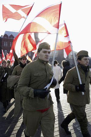 Naschi-Aktivisten demonstrieren in Uniformen sowjetischer Soldaten gegen Estland