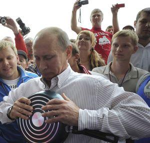 Wladimir Putin inszeniert sich 2011 am Sommerlager der Naschi